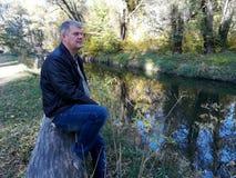 Hombre que descansa en el parque imagen de archivo libre de regalías