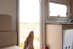 Hombre que descansa en una autocaravana fotos de archivo