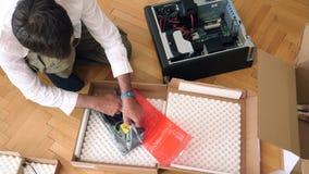 Hombre que desempaqueta unboxing a Nvidia Quadro p4000 GPU almacen de video