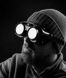 Hombre que desgasta anteojos protectores Foto de archivo libre de regalías