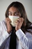 Hombre que desgasta una máscara de respiración fotografía de archivo libre de regalías