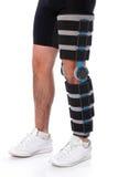 Hombre que desgasta una paréntesis de la pierna imagen de archivo libre de regalías