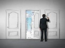 Hombre que dibuja una puerta con un marcador ilustración del vector