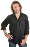 Hombre que dice con desprecio en camisa negra Foto de archivo libre de regalías
