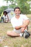 Hombre que disfruta de acampada Fotografía de archivo libre de regalías