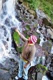 Hombre que disfruta de caída del agua en Uttrakhand, la India y divirtiéndose Imagenes de archivo