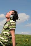 Hombre que disfruta de música Foto de archivo libre de regalías