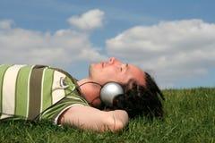 Hombre que disfruta de música Fotografía de archivo libre de regalías