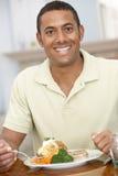 Hombre que disfruta de una comida en el país Fotos de archivo libres de regalías