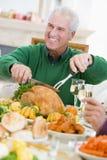 Hombre que divide Turquía en la cena de la Navidad Foto de archivo libre de regalías