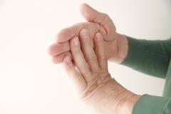 Hombre que dobla los dedos contra la mano Fotografía de archivo