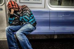 Hombre que duerme en el subterráneo en Manhattan aproximadamente 2AM durante Fotos de archivo