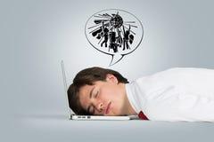 Hombre que duerme en la computadora portátil Fotos de archivo