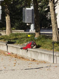 Hombre que duerme en plaza del monumento de guerra Imagen de archivo