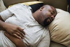 Hombre que duerme en su cama fotografía de archivo libre de regalías