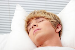 Hombre que duerme en su cama Fotos de archivo libres de regalías