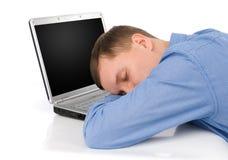 Hombre que duerme en una computadora portátil fotos de archivo libres de regalías
