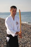 Hombre que ejercita con la espada Imagen de archivo libre de regalías