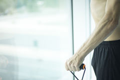 Hombre que ejercita el torso desnudo Imagen de archivo