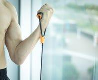 Hombre que ejercita el torso desnudo Imagenes de archivo