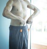 Hombre que ejercita el torso desnudo Fotos de archivo