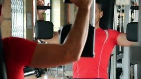 Hombre que ejercita en la gimnasia almacen de video