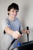 Hombre que ejercita en la rueda de ardilla Fotos de archivo libres de regalías
