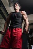 Hombre que ejercita los músculos del brazo Imagen de archivo libre de regalías