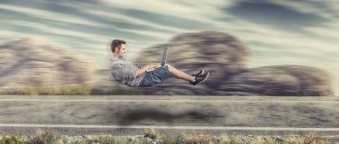 Hombre que eleva y mantiene flotando rápido foto de archivo libre de regalías