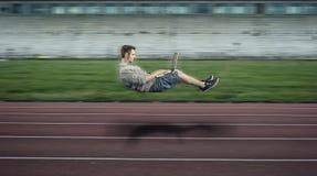 Hombre que eleva y mantiene flotando rápido en una pista corriente Foto de archivo libre de regalías