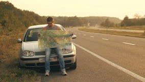 Hombre que elige el camino con el mapa almacen de metraje de vídeo