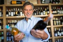 Hombre que elige el vino Fotos de archivo
