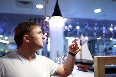 Hombre que elige la bebida imágenes de archivo libres de regalías