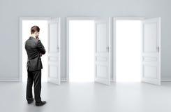 Hombre que elige la puerta Fotografía de archivo