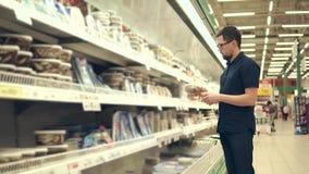 Hombre que elige pescados en tienda almacen de metraje de vídeo
