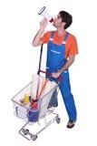 Hombre que empuja la carretilla de las compras Foto de archivo libre de regalías