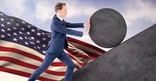 Hombre que empuja la rueda alrededor de roca Imagenes de archivo