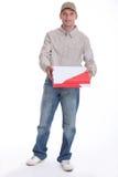 Hombre que entrega la pizza Foto de archivo libre de regalías