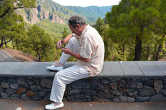 Hombre que envía el mensaje por el teléfono móvil Foto de archivo libre de regalías