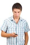 Hombre que envía mensajes en móvil del teléfono Fotos de archivo