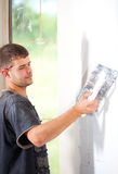 Hombre que enyesa la pared Imagen de archivo
