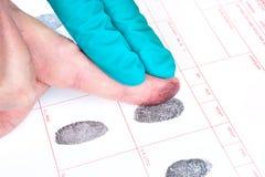 Hombre que es dedo impreso Imagen de archivo