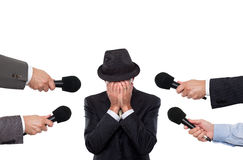 Hombre que es entrevistado con sorounded por los reporteros Fotografía de archivo libre de regalías