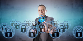 Hombre que escoge una cerradura virtual entre muchos múltiplos fotos de archivo libres de regalías