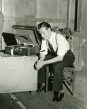 Hombre que escucha el gramófono portátil Imagenes de archivo
