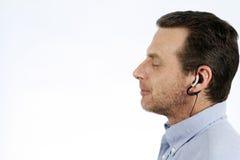 Hombre que escucha la música Fotos de archivo libres de regalías