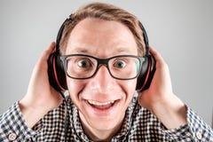Hombre que escucha la música Imagen de archivo libre de regalías