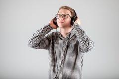 Hombre que escucha la música Fotografía de archivo