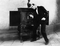 Hombre que escucha y que baila a la música de una radio (todas las personas representadas no son vivas más largo y ningún estado  Imagen de archivo libre de regalías