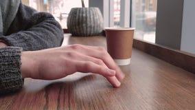 Hombre que espera en el café alguien